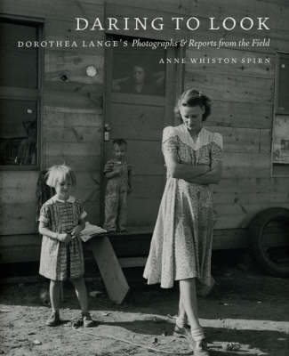 Daring to Look: Dorothea Lange's Photographs and Reports from the Field (Hardback)