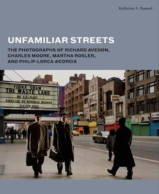 Unfamiliar Streets: The Photographs of Richard Avedon, Charles Moore, Martha Rosler, and Philip-Lorca diCorcia (Hardback)