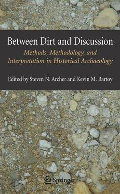 Between Dirt and Discussion: Methods, Methodology and Interpretation in Historical Archaeology (Hardback)