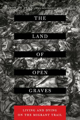 The Land of Open Graves: Living and Dying on the Migrant Trail - California Series in Public Anthropology 36 (Paperback)