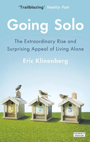 Going Solo: The Extraordinary Rise and Surprising Appeal of Living Alone (Hardback)