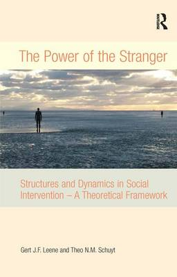 The Power of the Stranger: Structures and Dynamics in Social Intervention - A Theoretical Framework (Hardback)