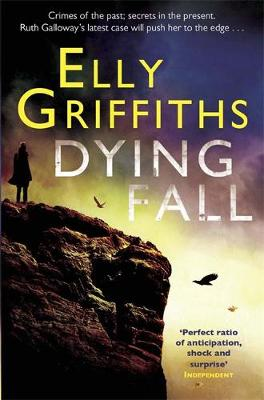 A Dying Fall: A spooky, gripping read for Halloween (Dr Ruth Galloway Mysteries 5) - The Dr Ruth Galloway Mysteries (Paperback)