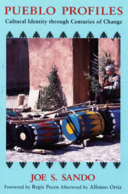 Pueblo Profiles: Cultural Identity Through Centuries of Change (Hardback)