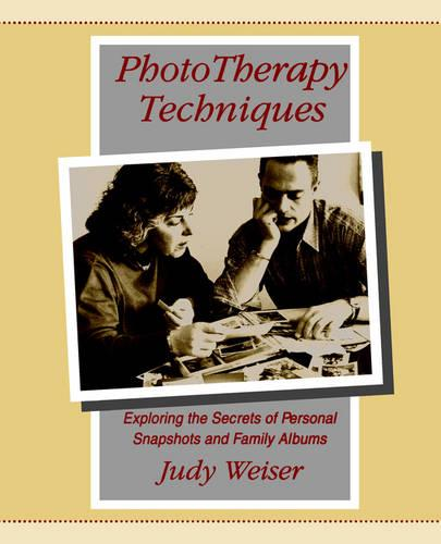 Phototherapy Techniques: Exploring the Secrets of Personal Snapshots and Family Albums (Paperback)