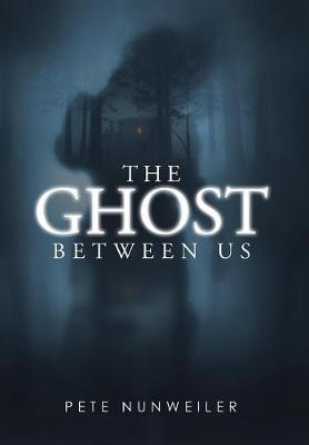 The Ghost Between Us: Unabridged - Ghost Between Us 1 (Hardback)