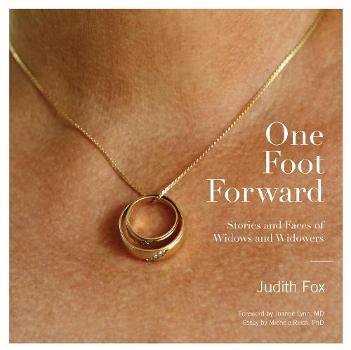 One Foot Forward: Stories and Faces of Widows and Widowers (Hardback)