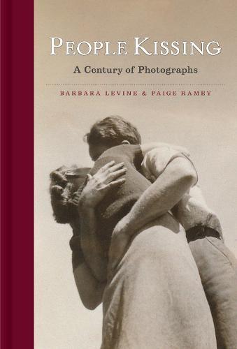 People Kissing: A Century of Photographs (Hardback)