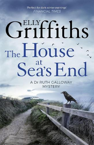 The House at Sea's End: The Dr Ruth Galloway Mysteries 3 - The Dr Ruth Galloway Mysteries (Paperback)