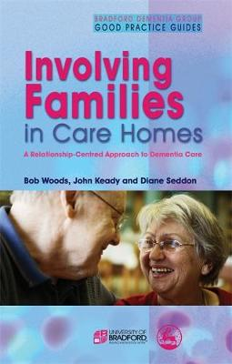 Involving Families in Care Homes: A Relationship-Centred Approach to Dementia Care - University of Bradford Dementia Good Practice Guides (Paperback)