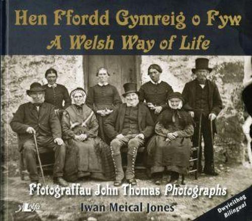 Hen Ffordd Gymreig o Fyw / A Welsh Way of Life Ffotograffau John Thomas Photographs (Paperback)