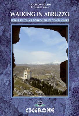 Walking in Abruzzo (Paperback)