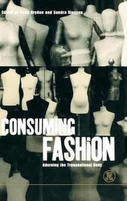 Consuming Fashion: Adorning the Transnational Body - Dress, Body, Culture v. 4 (Hardback)