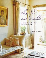 La Vie est Belle: The Elegant Art of Living in the French Style (Hardback)