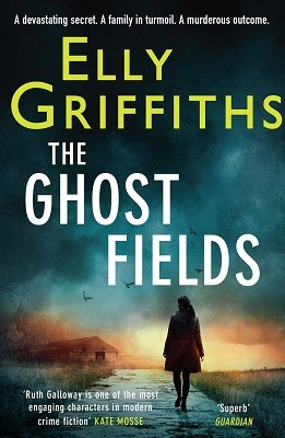 The Ghost Fields: The Dr Ruth Galloway Mysteries 7 - The Dr Ruth Galloway Mysteries (Paperback)